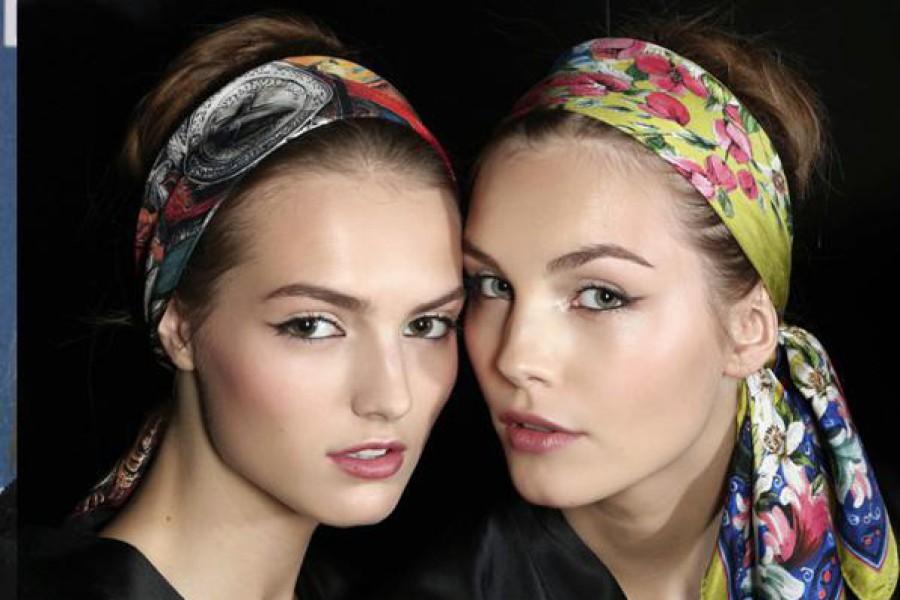 Accessori per capelli: fermagli, fasce e fiori alla moda.