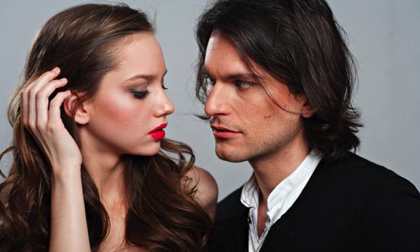 Linguaggio del corpo, i capelli lunghi come arma di seduzione.