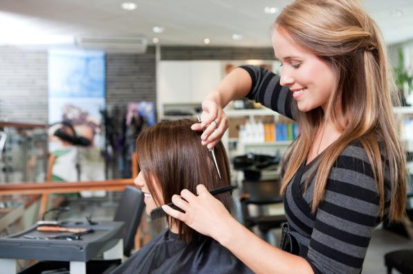 Dal parrucchiere una volta a settimana è una moda