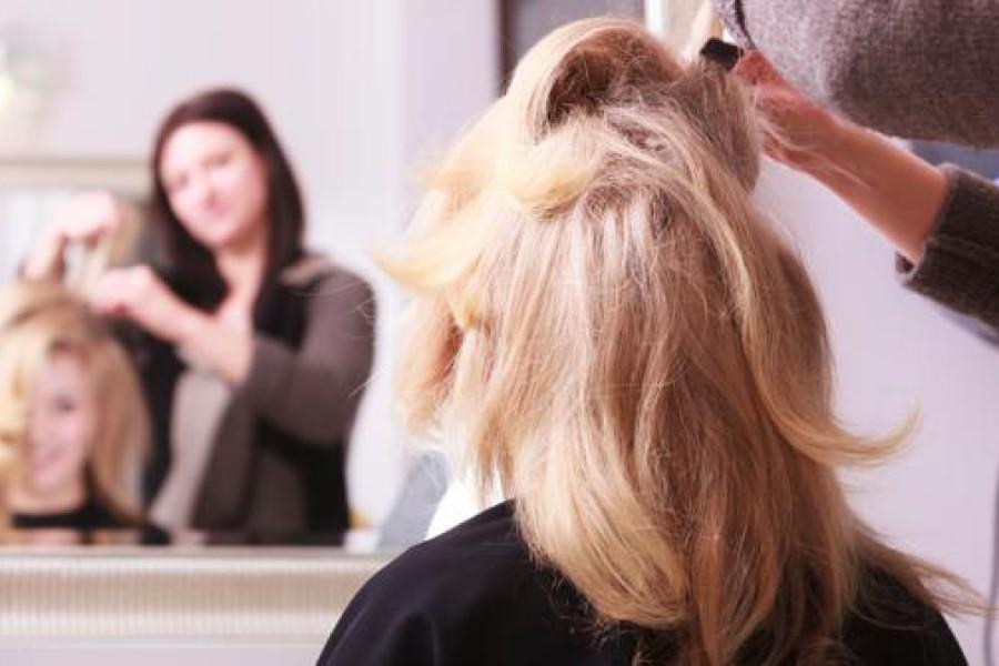 Andare dal parrucchiere: ecco come spiegagli bene come vuoi i capelli